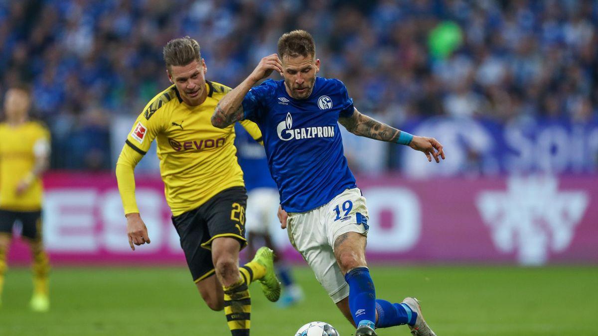 Lukasz Piszczek von Borussia Dortmund und Guido Burgstaller vom FC Schalke 04