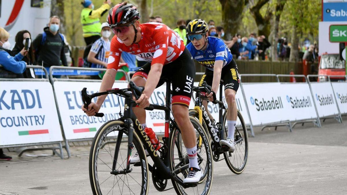 Pogacar sul traguardo di Arrate inseguito da Vingegaard - Giro dei Paesi Baschi 2021 - Getty Images