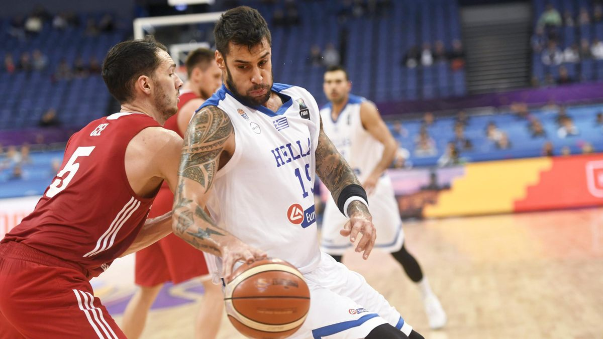 Georgios Printezis (Grèce) se joue d'Aaron Cel (Pologne) en post-up