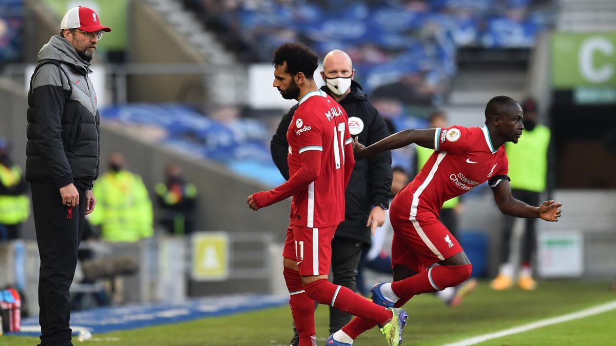 Mohamed Salah (Mitte) war nach seiner Abwechslung auf Jürgen Klopp (l.) sauer