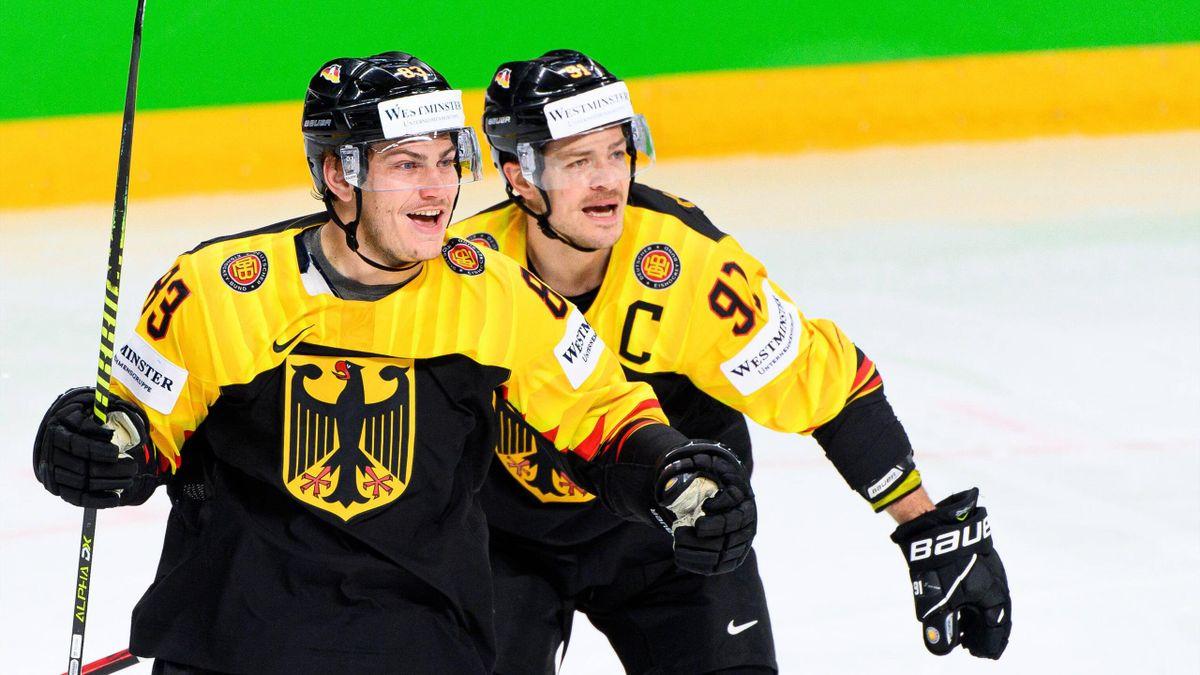 Leonhard Pföderl (l.) und Moritz Müller stehen mit der DEB-Auswahl im WM-Viertelfinale