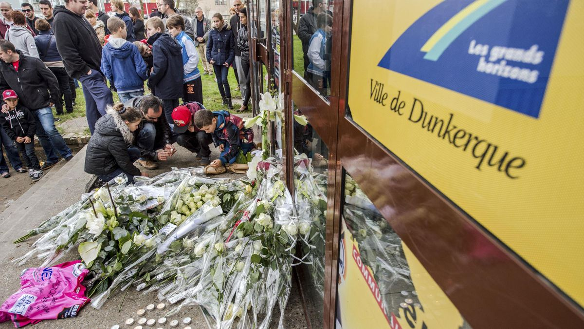 Le recceuillement devant la patinoire de Dunkerque après la mort d'un enfant de huit ans durant un match de l'équipe locale