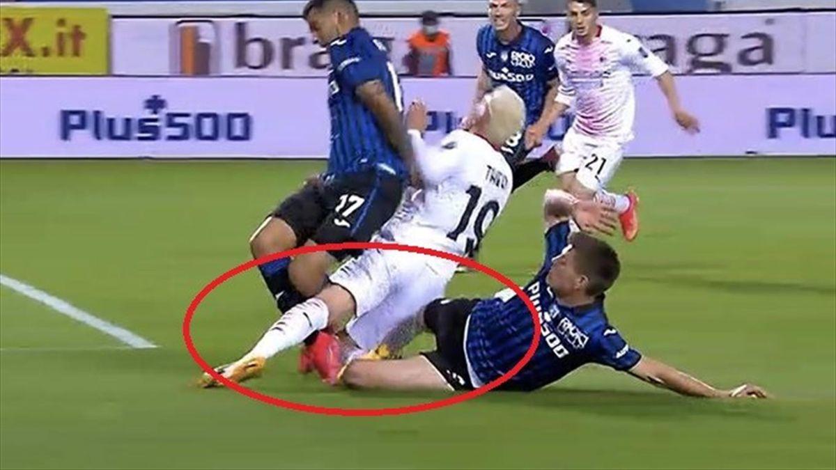 L'intervento di Maehle e Romero ai danni di Theo Hernandez, Atalanta-Milan, Twitter