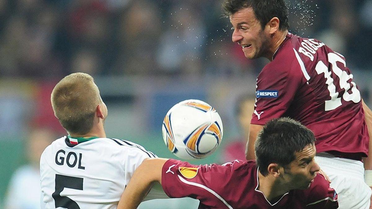 Janusz Gol, pe vremea când juca la Legia, într-un duel cu Rapid