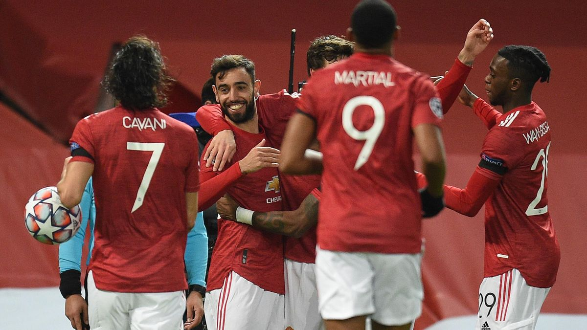 Manchester United's Portuguese midfielder Bruno Fernandes (2L) celebrates scoring the opening goal during the UEFA Champions league group H