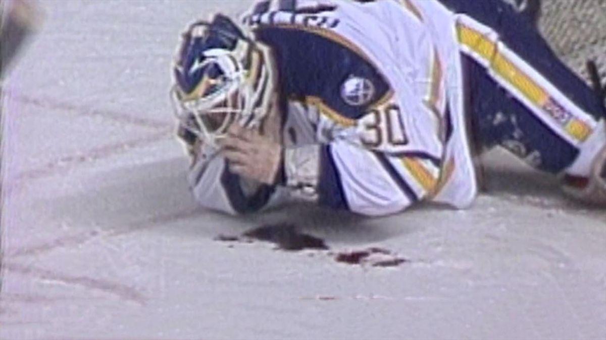 Clint Malarchuk direkt nach seiner Verletzung (Screenshot Youtube)