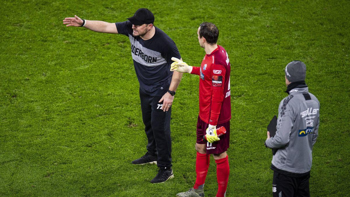 Paderborn-Trainer Steffen Baumgart ( l.) mit Keeper Leopold Zingerle