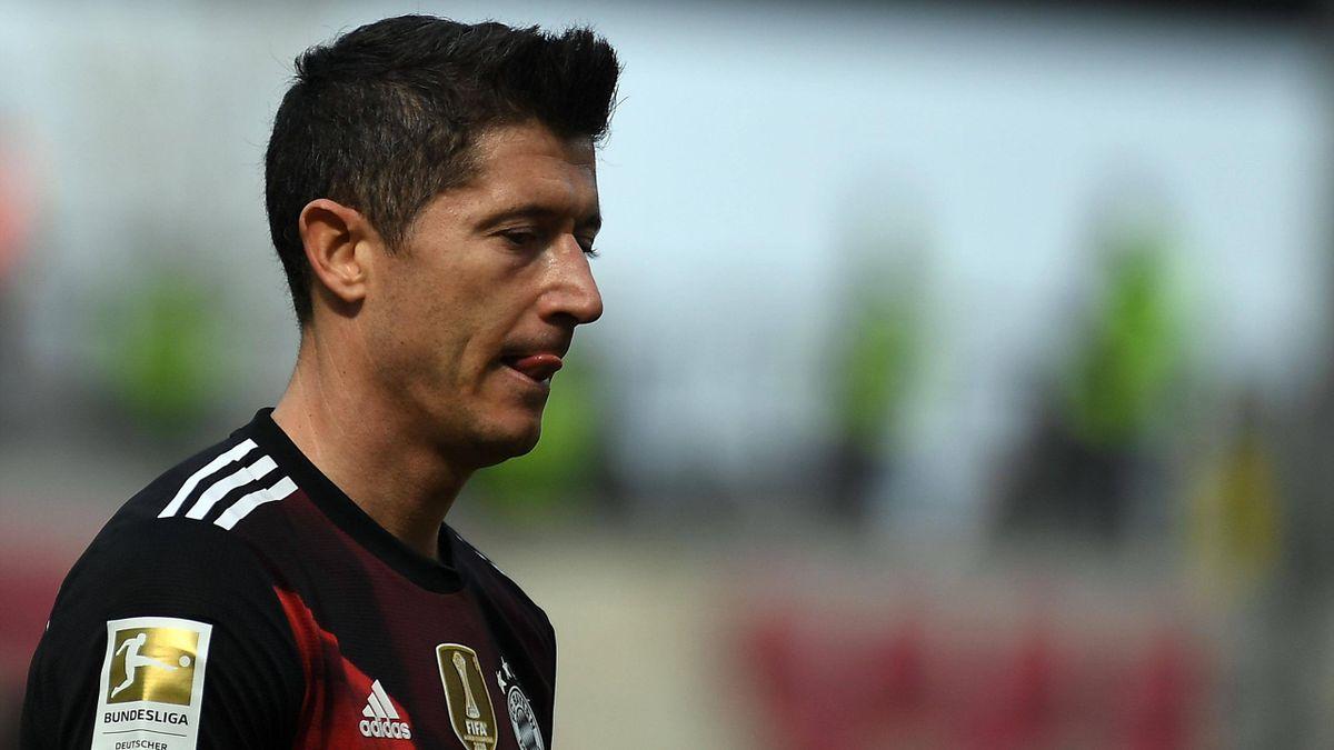 Robert Lewandowski deluso dopo il primo tempo di Mainz-Bayern, Imago