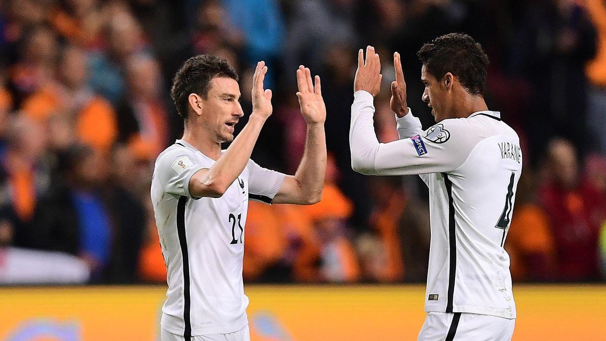Laurent Koscielny et Raphaël Varane lors de Pays-Bas - France en qualifications du Mondial 2018
