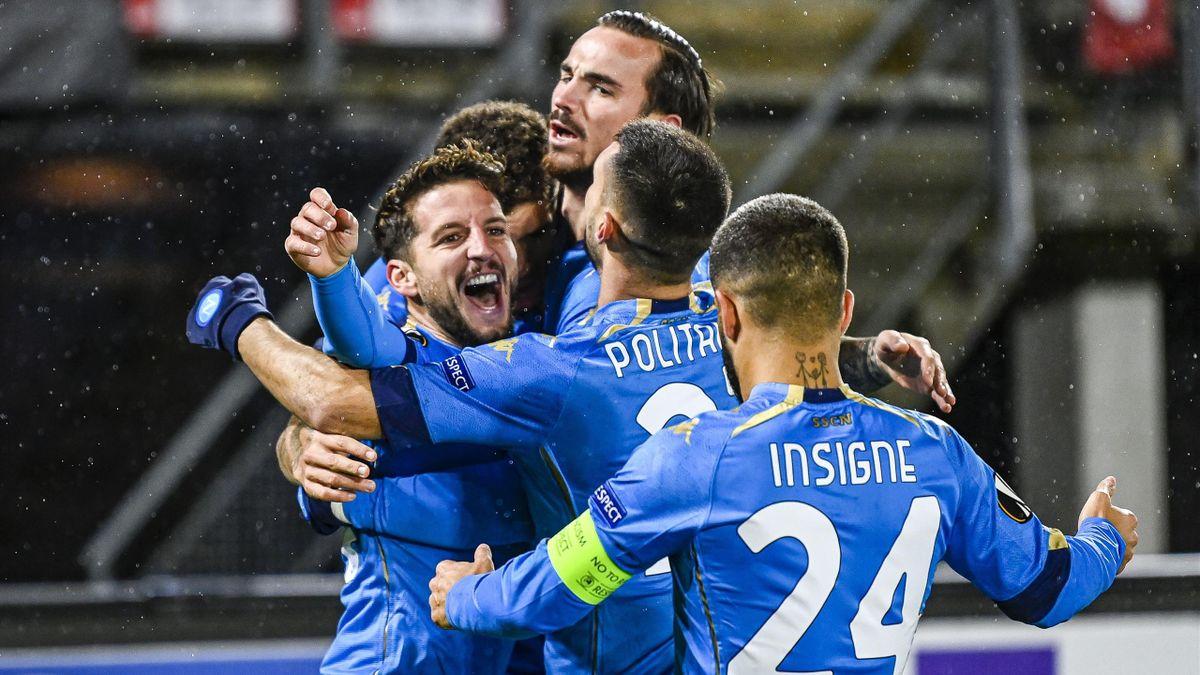 Dries Mertens abbracciato dai compagni dopo il gol in AZ-Napoli, Europa League, Getty Images