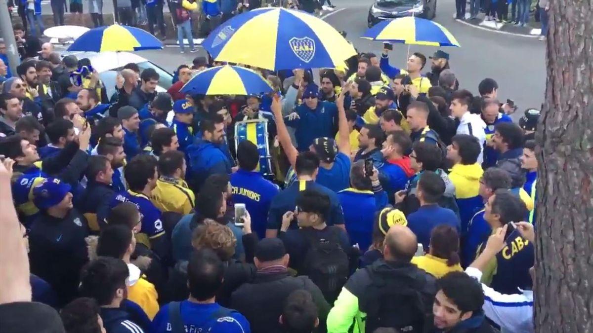 Aficionados de Boca Juniors frente al hotel del equipo en Madrid