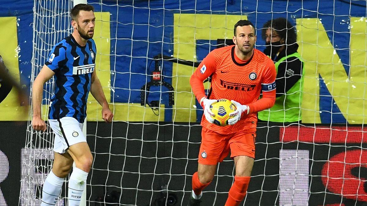 Samir Handanovic e de Vrij in azione durante Parma-Inter - Serie A 2020/2021 - Getty Images