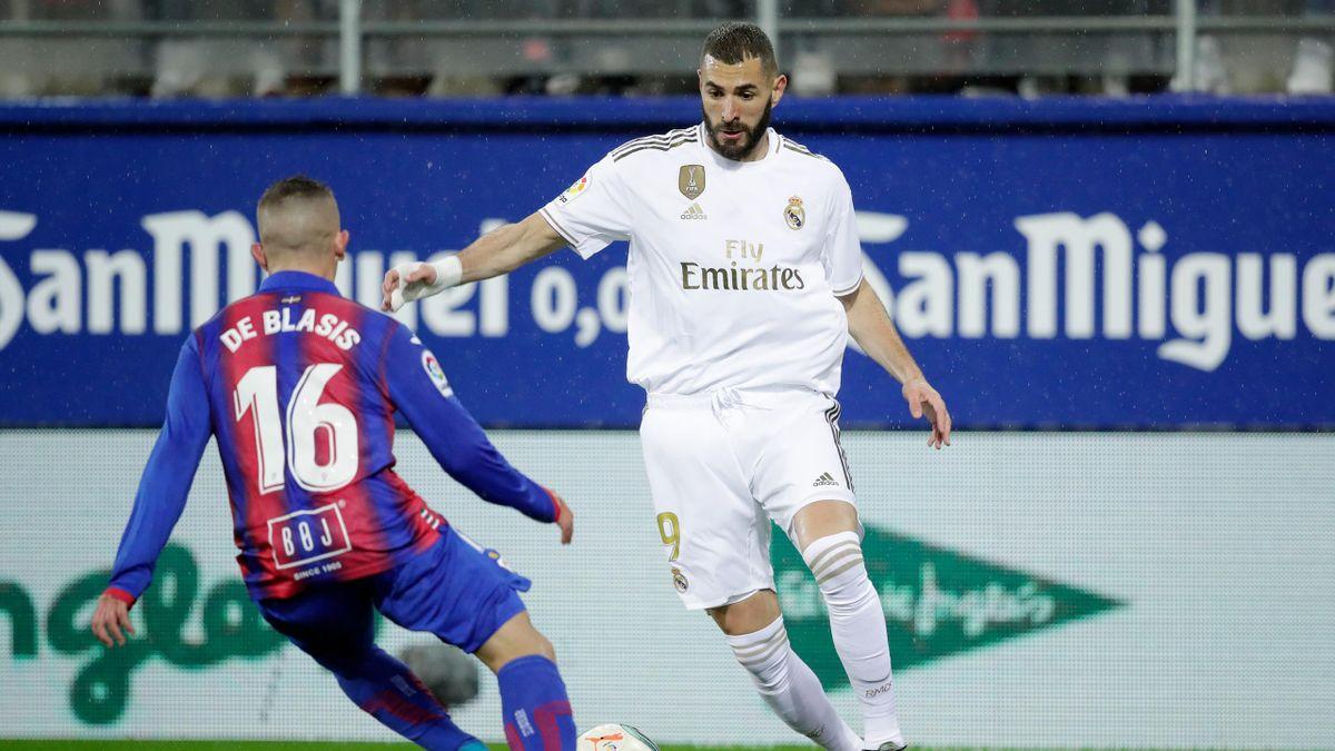 Pablo de Blasis (Eibar) y Karim Benzema (Real Madrid)