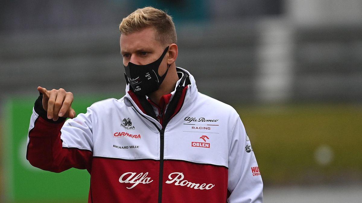 Mick Schumacher bei der Streckenbesichtigung des Nürburgrings. Fahren durfte er am Freitag aufgrund der Trainingsabsage nicht