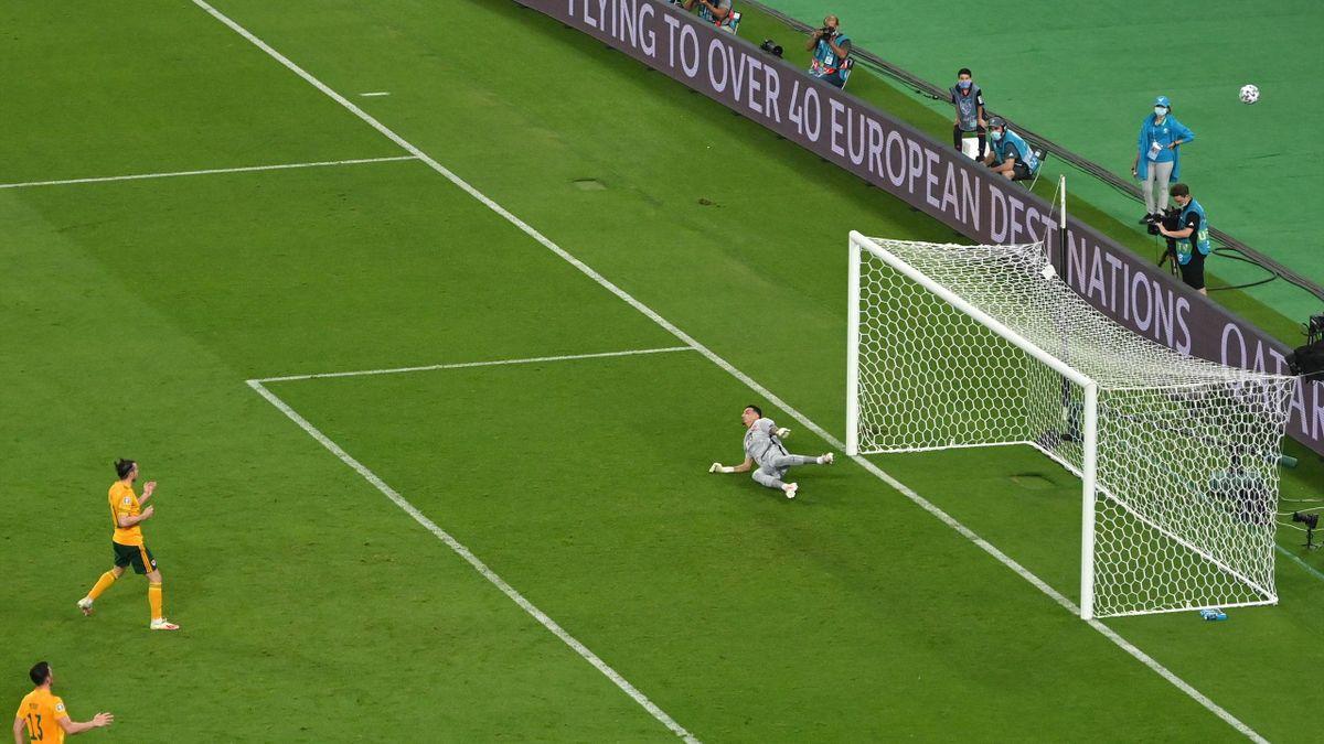 Gareth Bale durante el fallo de un penalti en el Turquía-Gales