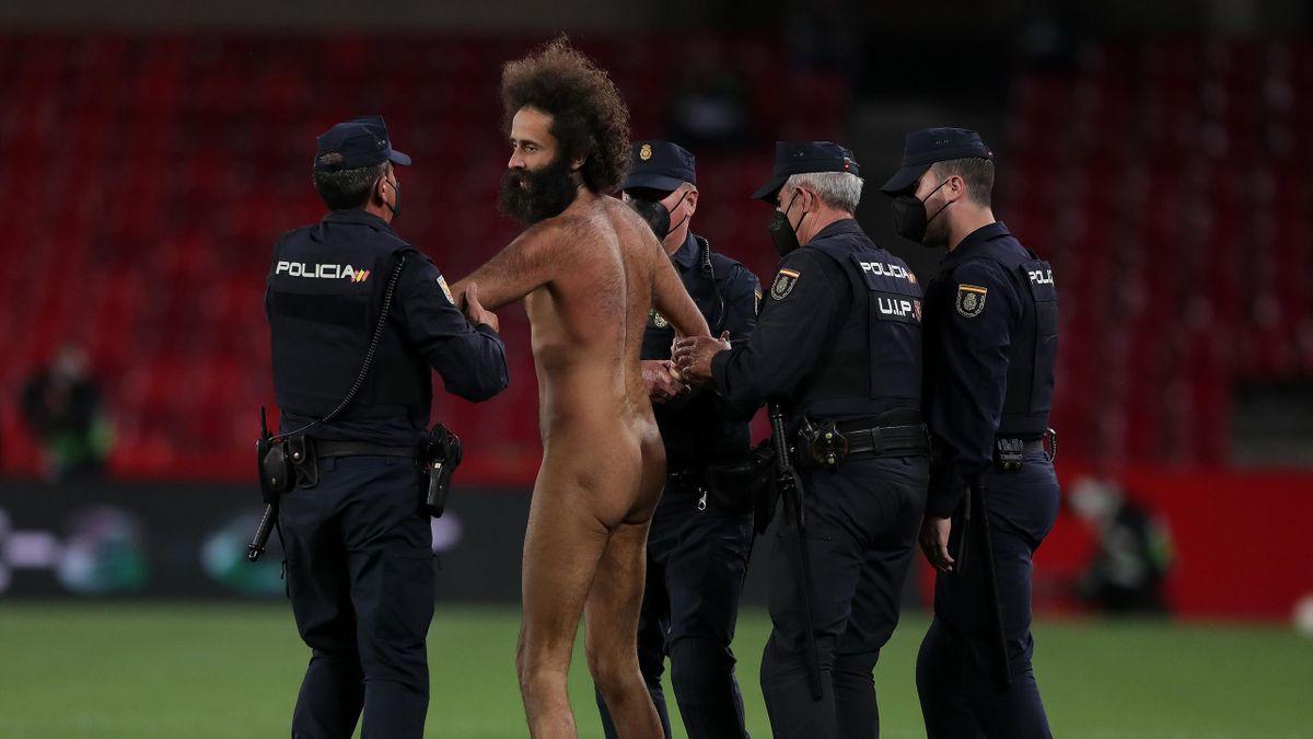 Un espontáneo es detenido por la Policía Nacional al intentar saltar al césped de Los Cármenes durante el Granada-Manchester United