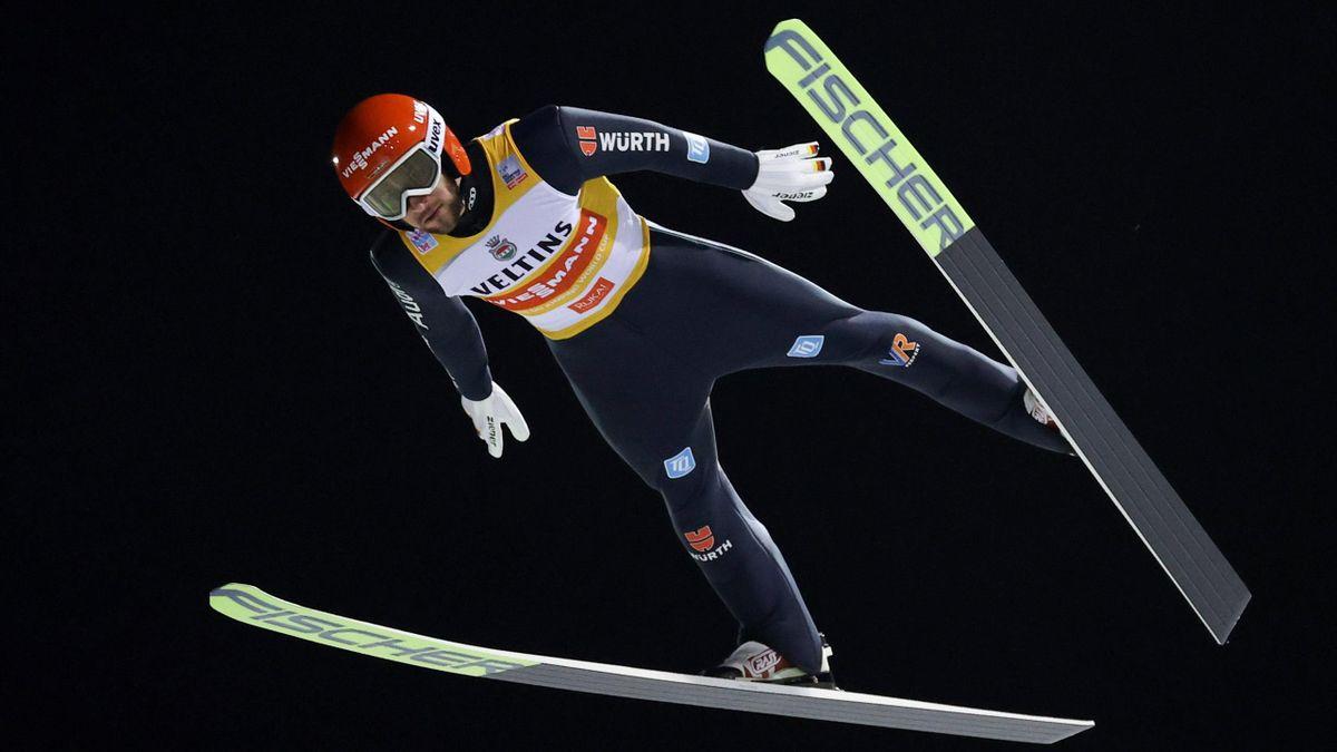 Markus Eisenbichler im Trikot des Gesamtweltcupführenden beim Weltcup in Ruka