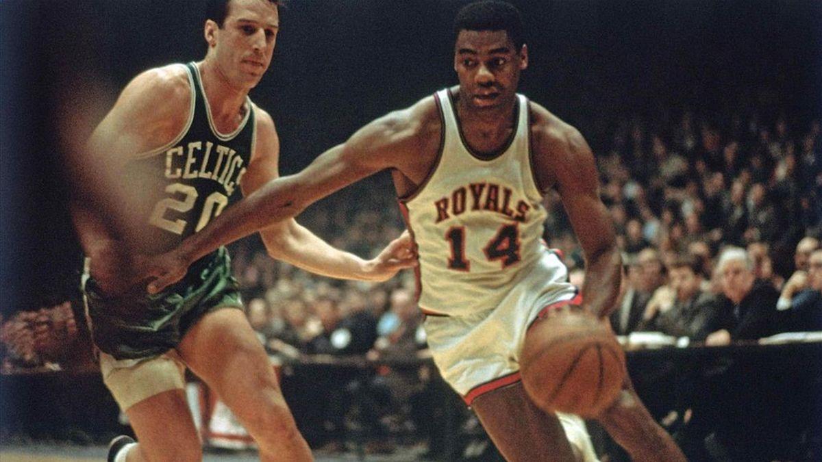 Oscar Robertson in azione con la maglia dei Cincinnati Royals contro i Boston Celtics.