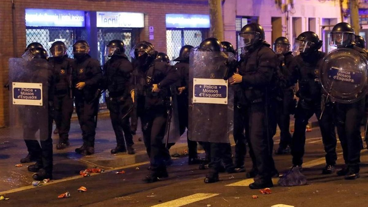 Graves disturbios en los aledaños del Camp Nou tras el Clásico