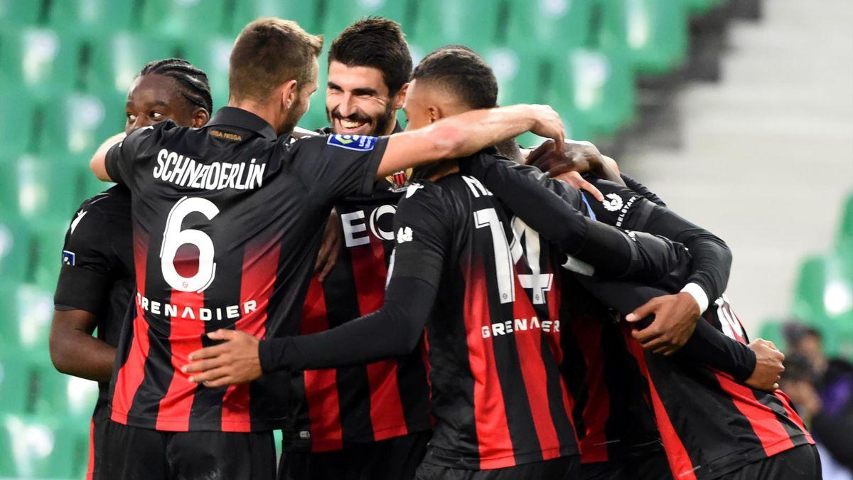 Les joueurs de l'OGC Nice célèbrent un but face à l'ASSE en Ligue 1