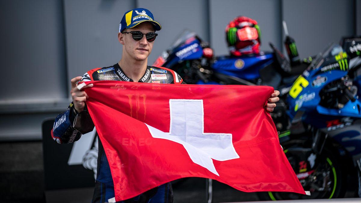 Fabio Quartararo (Yamaha) brandit le drapeau suisse en hommage à Jason Dupasquier, décédé, après sa victoire au Grand Prix d'Italie le 30 mai 2021