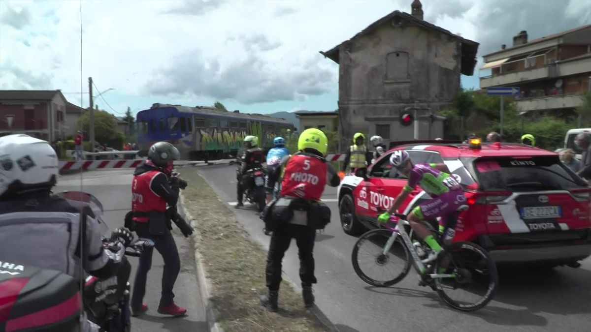 'Strange one' – Train forces breakaway to stop, peloton don't give time back
