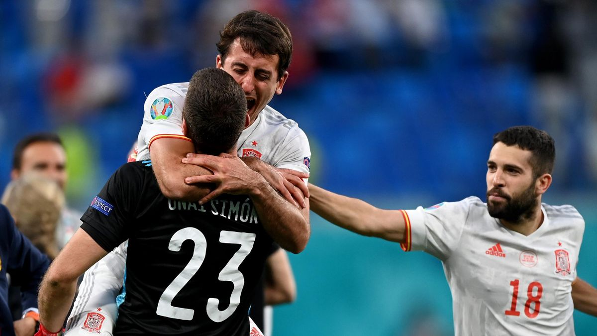 SAINT PETERSBURG, RUSSIA - JULY 02: Mikel Oyarzabal of Spain celebrates their side's victory in the penalty shoot out with team mate Unai Simon after the UEFA Euro 2020 Championship Quarter-final match between Switzerland and Spain at Saint Petersburg Sta
