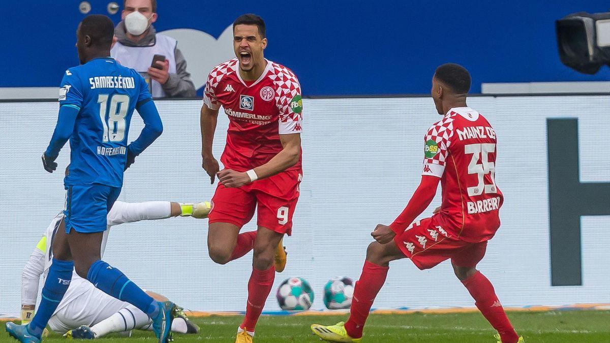 Robert Glatzel (mitte) und der FSV Mainz 05 jubeln über den Auswärtssieg bei der TSG 1899 Hoffenheim