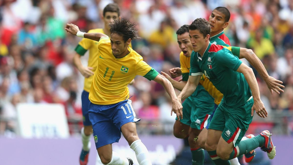 Neymar dribbelt langs Hiram Mier