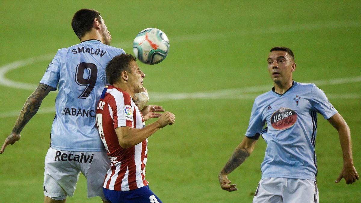 Santiago Arias (C) heads the ball with Smolov (L) next to Iago Aspas during the Spanish League football match between Celta Vigo and Atletico Madrid