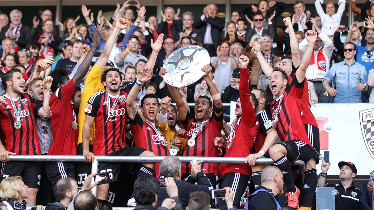 Die Mannschaft feiert mit den Fans den Bundesligaaufstieg
