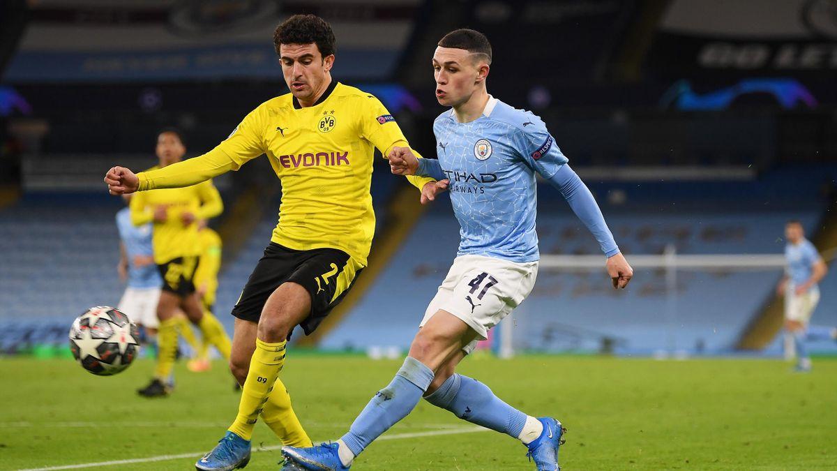 Mateu Morey (links; Borussia Dortmund) im Zweikampf mit Phil Foden (Manchester City)