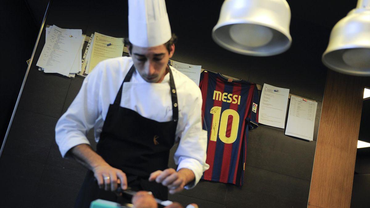 Повар с футболкой Лео Месси на заднем фоне