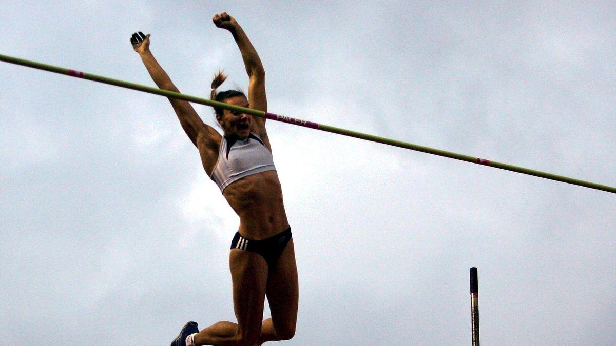 Jelena Issinbajewa überspringt 5,00 Meter in London 2005