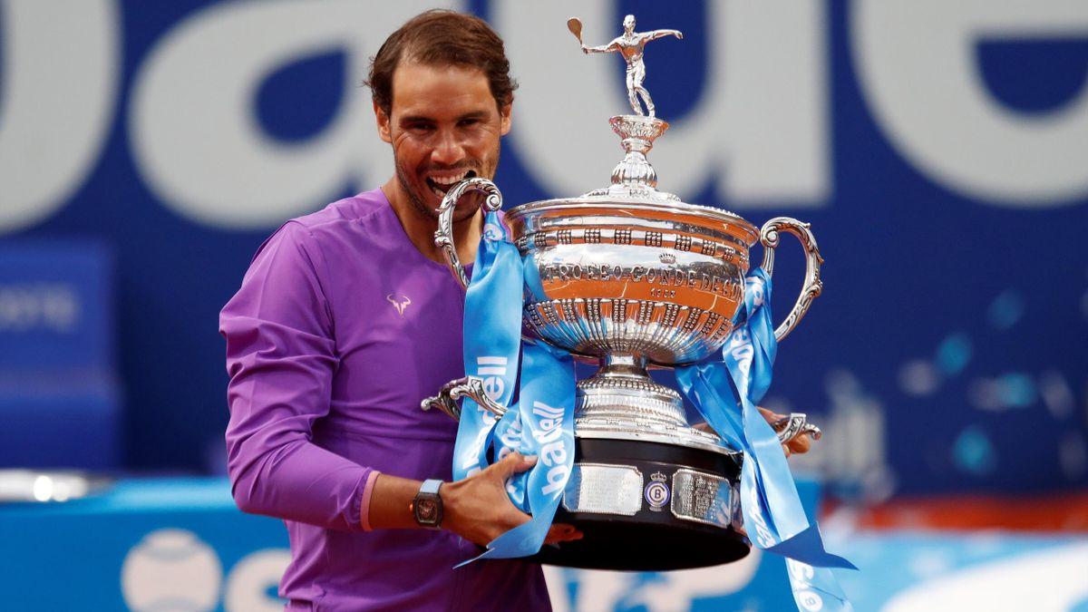 Rafa Nadal posa con el trofeo de vencedor del Conde de Godó en Barcelona
