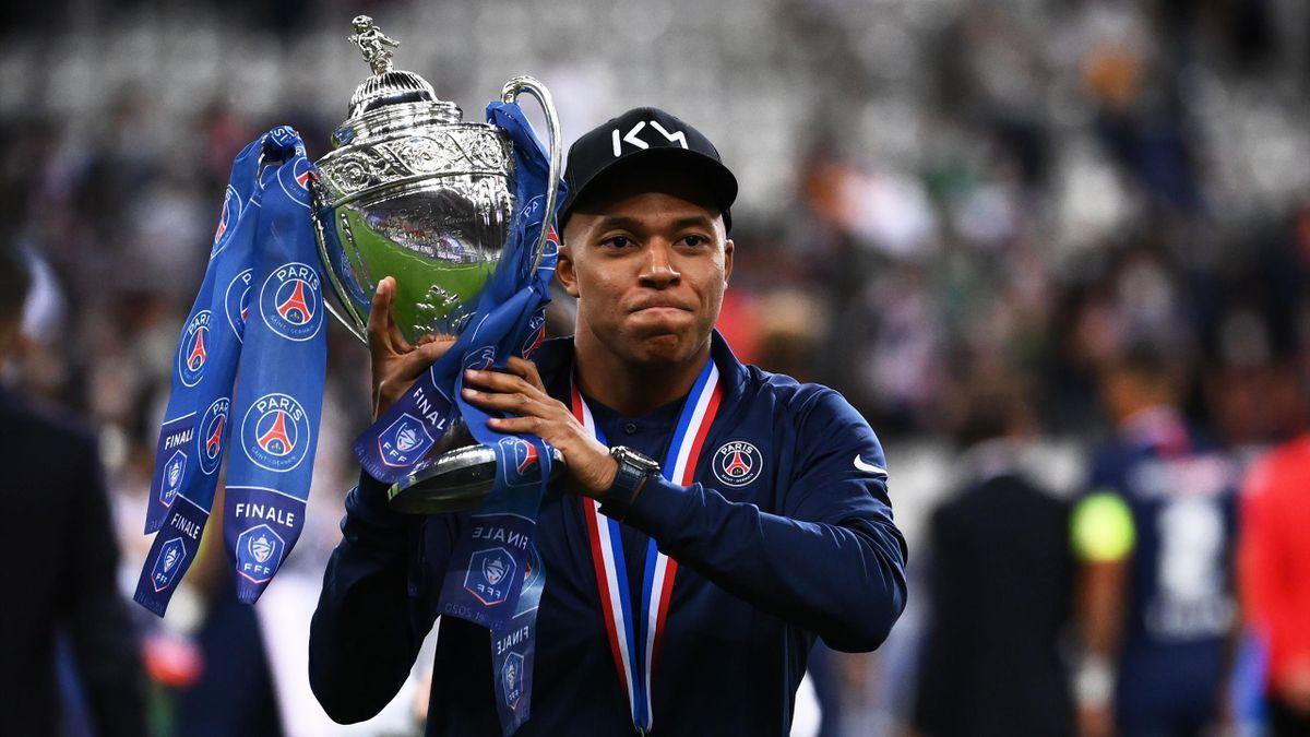 Kylian Mbappé porte la Coupe de France, le 24 juillet 2020 au Stade de France.