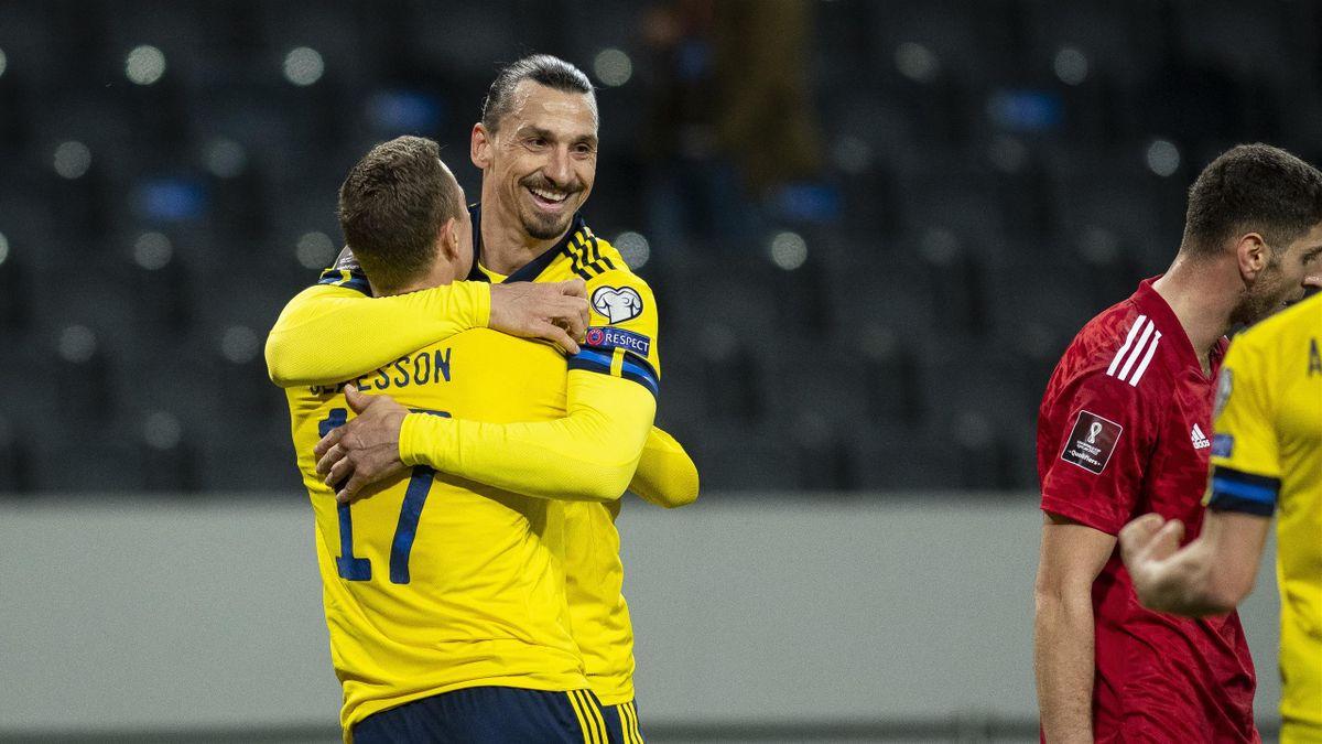 Zlatan Ibrahimovic (r.) jubelt mit Torschütze Viktor Claesson nach dem 1:0 gegen Georgien
