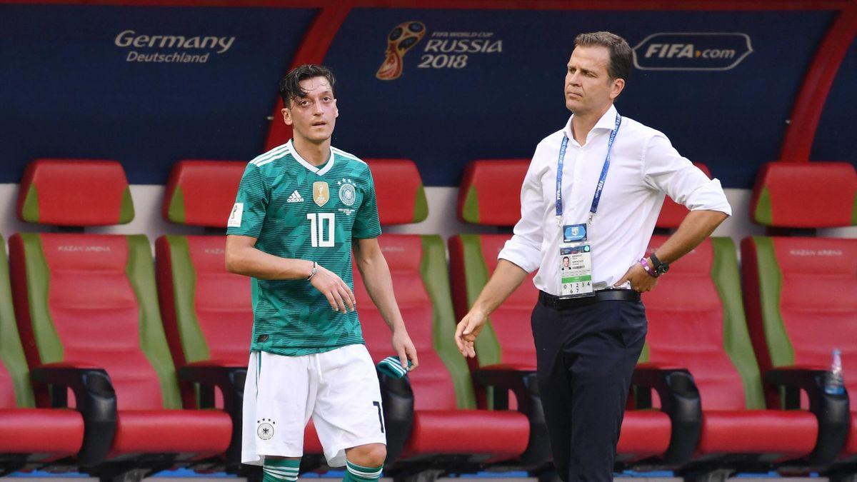 Mesut Özil (links) und Oliver Bierhoff