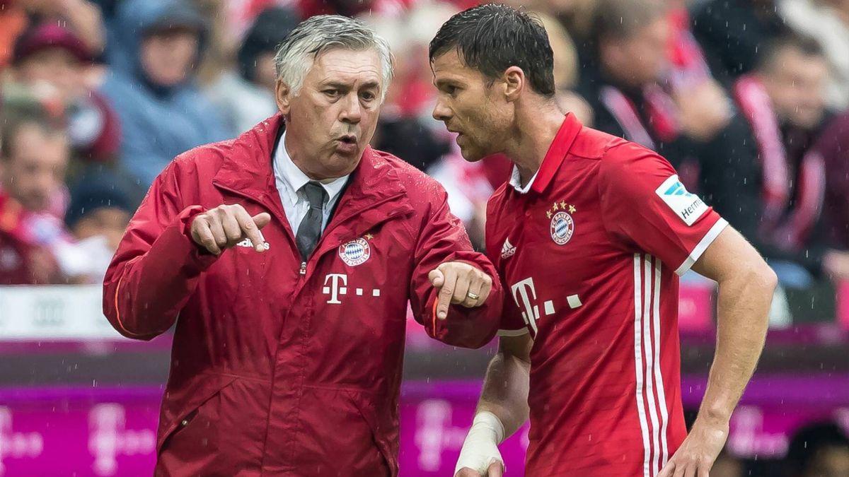 Carlo Ancelotti (l.) und Xabi Alonso vom FC Bayern