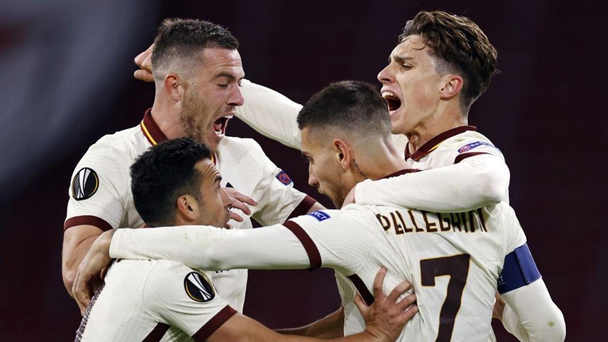 L'esultanza dei giocatori della Roma dopo il gol di Pellegrini - Ajax-Roma Europa League 2020-21