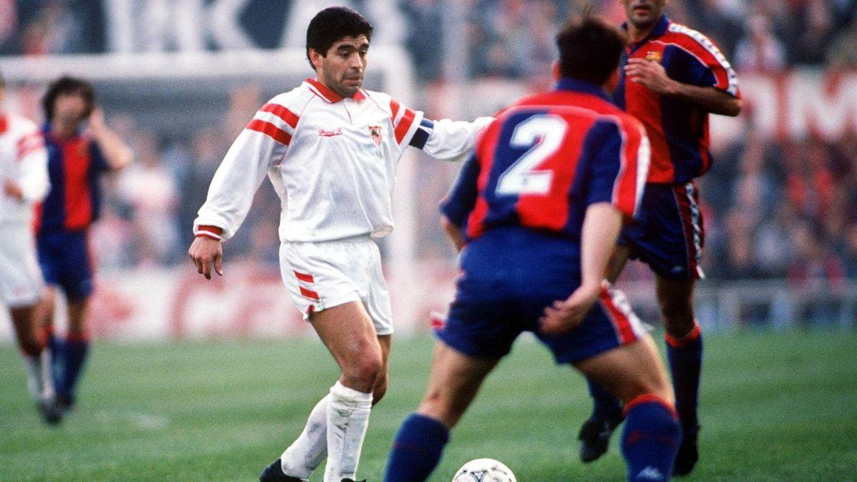Maradona en un partido entre el Sevilla y el FC Barcelona