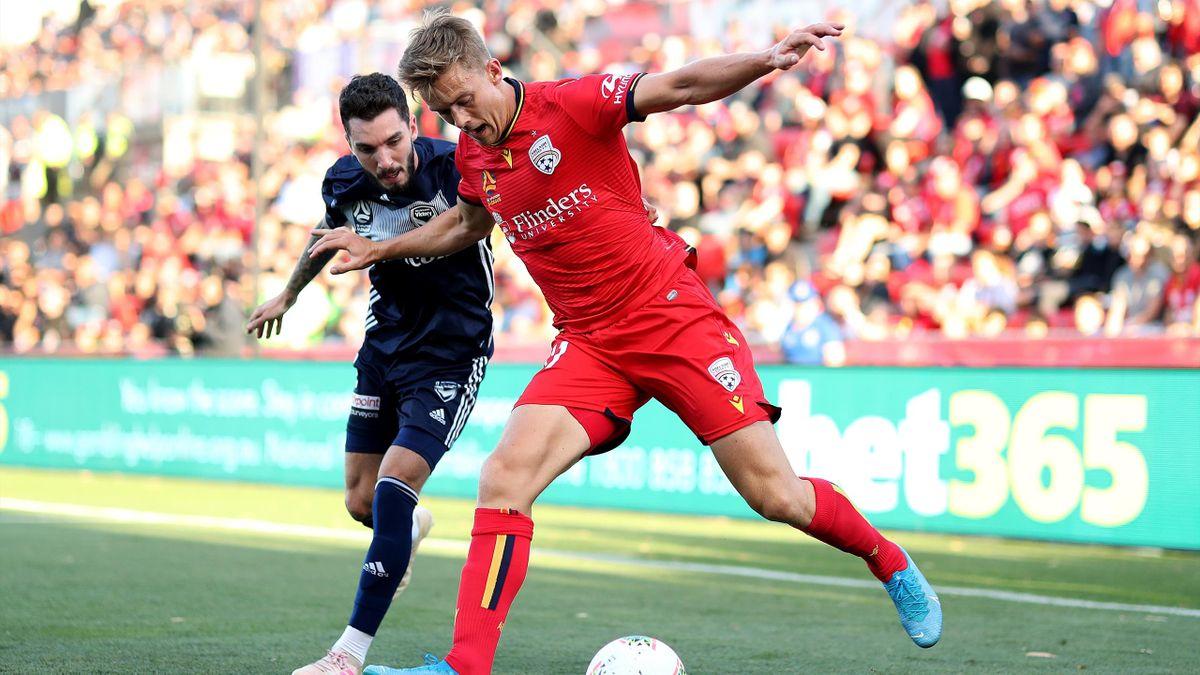 Daværende Adelaide United-spiller Kristian Fardal Opseth i aksjon mot Melbourne Victory under en australsk seriekamp i 2020.