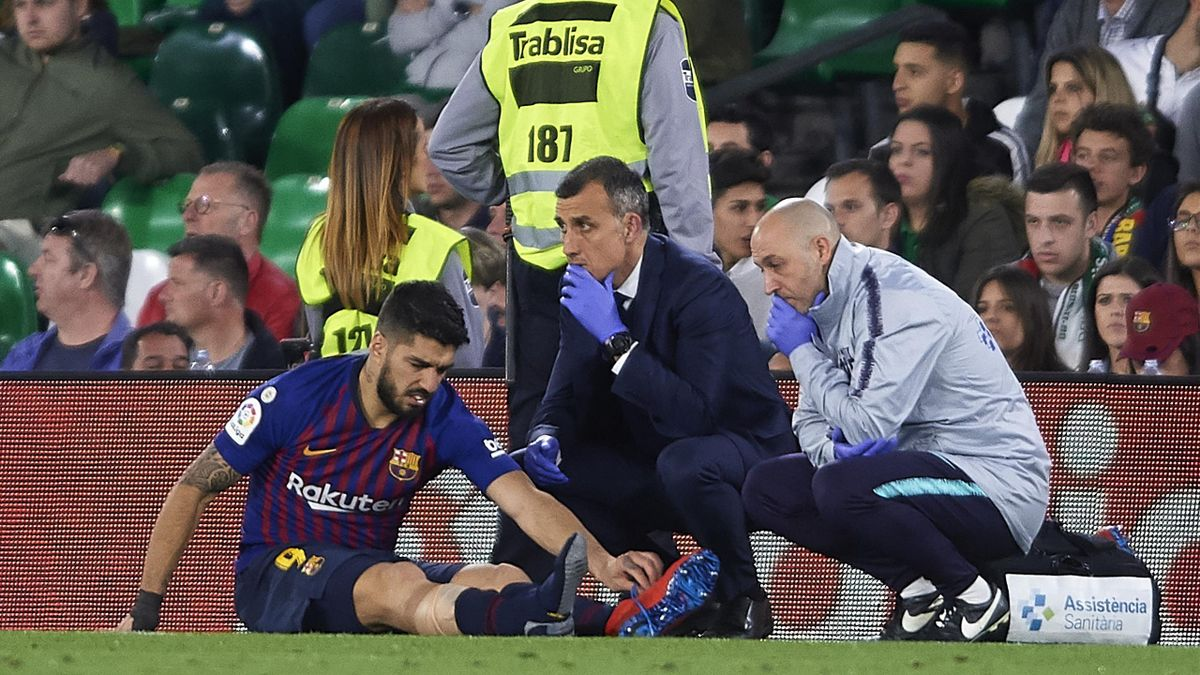 Luis Suarez of FC Barcelona lies injured on the pitch during the La Liga match between Real Betis Balompie and FC Barcelona at Estadio Benito Villamarin on March 17, 2019 in Seville, Spain