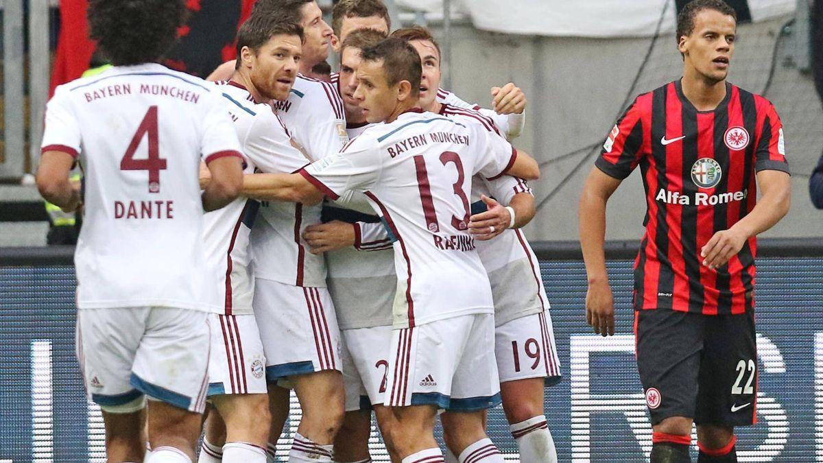 Die Bayern bejubeln das 1:0 gegen Frankfurt