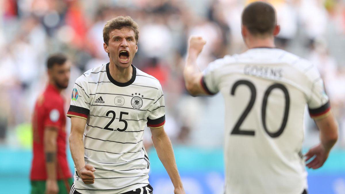 Thomas Müller (links) und Robin Gosens jubeln über den DFB-Sieg gegen Portugal
