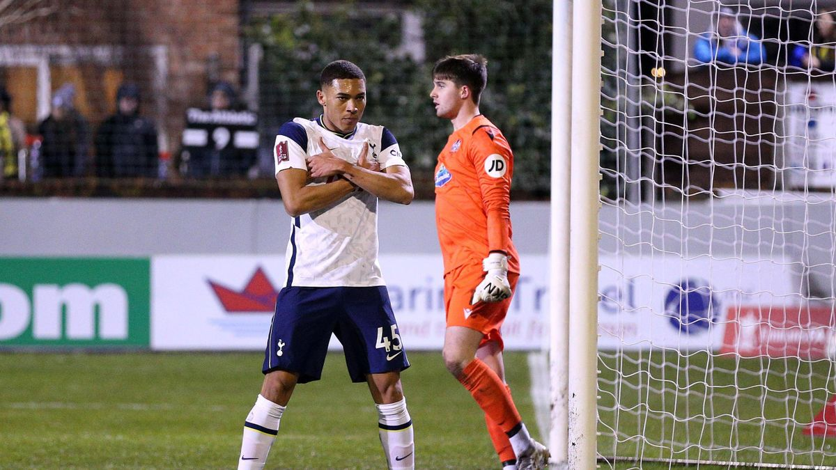 Carlos Vinicius of Tottenham Hotspur celebrates