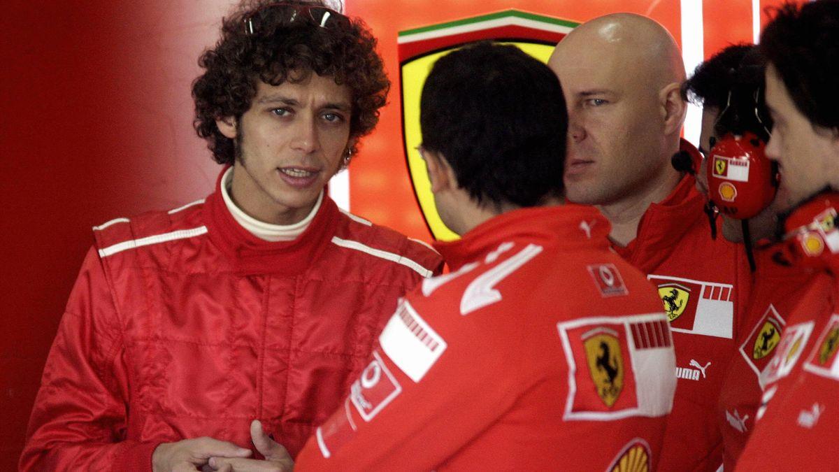 Valentino Rossi absolvierte seit 2004 mehrmals Testfahrten im Ferrari. Hier spricht er 2006 mit den Ferrari-Verantwortlichen