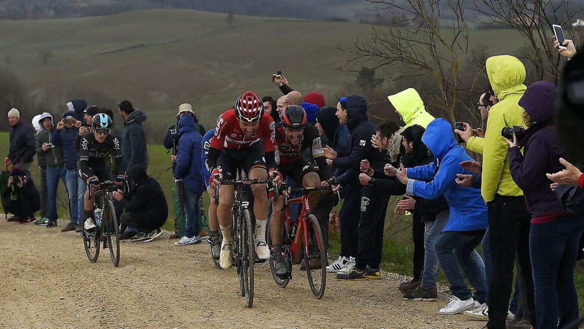 Michal Kwiatkowski (Sky) à la poursuite de Greg Van Avermaet (BMC) et Tim Wellens (Lotto-Soudal) lors des Strade Bianche (Crédit : RCS Sport)