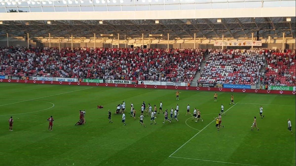 Болельщики клуба «Дебрецен» выбежали на поле