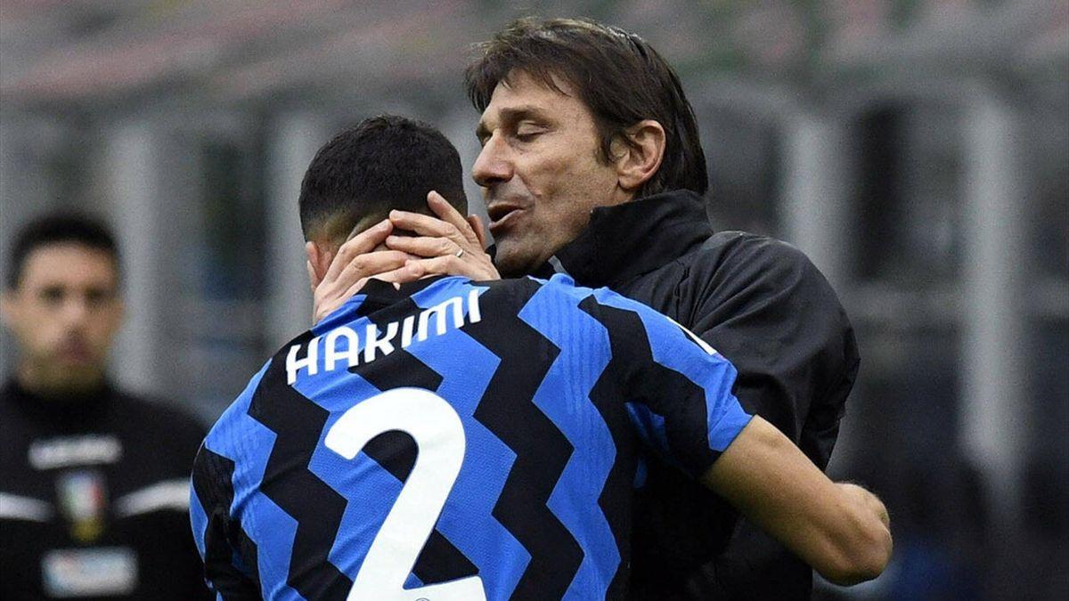 Antonio Conte bacia Achraf Hakimi dopo l'assist per il gol vittoria di Darmian in Inter-Cagliari, Imago